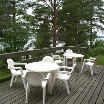 Vid bra väder kan altanen på baksidan nyttjas och utsikten över sjön är underbar.
