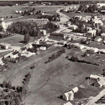 Flygfoto över Bjurholm Förlag: Anderssons Bok & Pappershandel, Bjurholm Skickat 28/9 1961 Ägare: Åke Runnman 9x14
