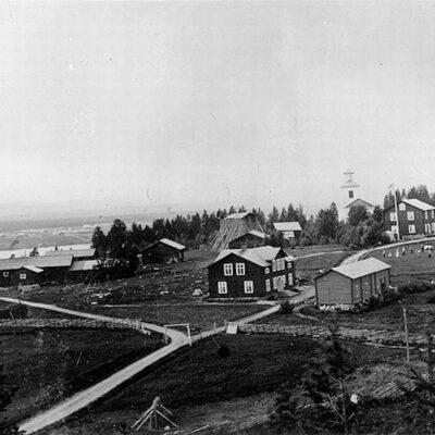 Bolagsboa, prästgården med ekonomibyggnader och Håknäsbolagets affär med kyrkan i bakgrunden.