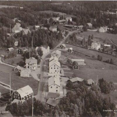 Flygfoto över Bjurholm Förl.: Anderssons Pappershandel, Bjurholm. Tel. 9OcirkuleratÄgare: Åke Runnman9x14