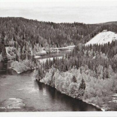 Vy över Öreälven, Bjurholm Förlag: André Olsson, Bjurholm Poststämplat 2/5 1961 Ägare: Åke Runnman 9x14