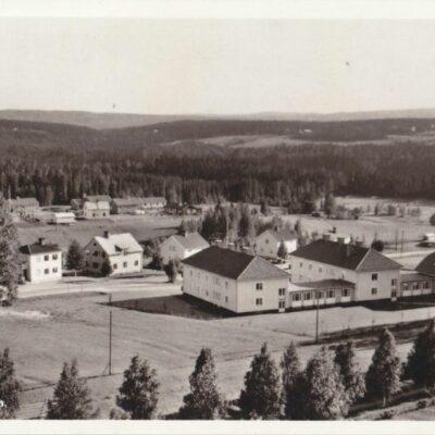 Vy över Bjurholm Förlag: Forsbergs Kiosk, Bjurholm, tel. 285 Sistadagsstämpel - Randijaur 1/2 1991 Ägare: Åke Runnman 9x14