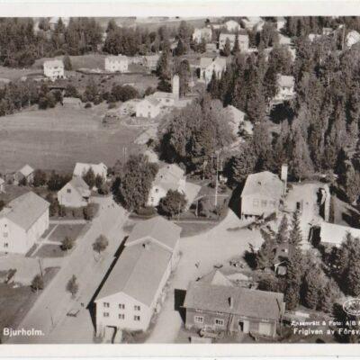 Flygfoto över Bjurholm Förlag: Anderssons Bok & Pappershandel. Bjurholm Poststämplat 8/9 1956 Ägare: Åke Runnman 9x14