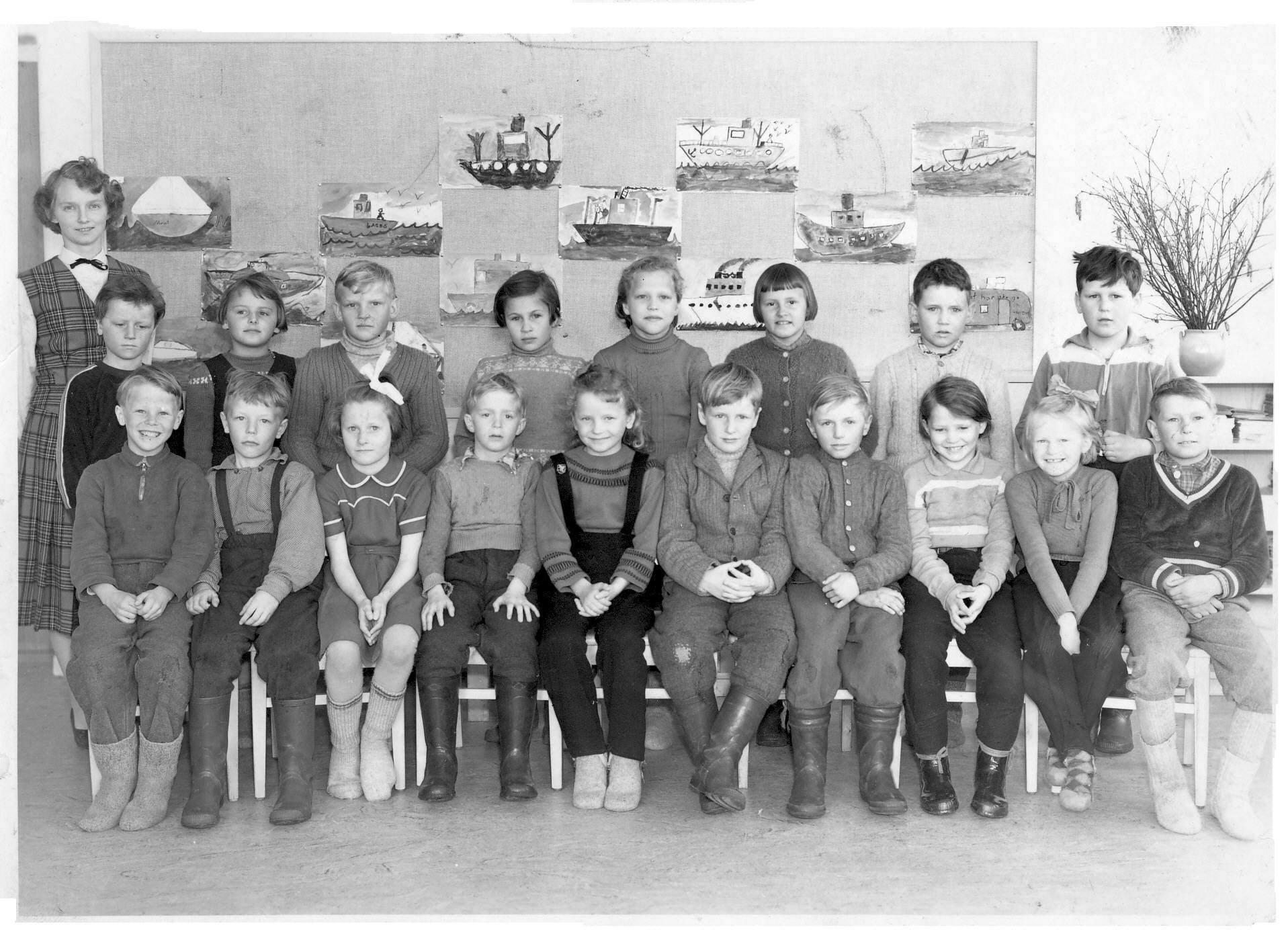 Kortet visar klass 2 i Västra Örträsk skola 1956.