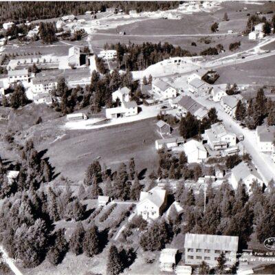 Flygfoto över Bjurholm 494/1958 Förlag: Anderssons Bok & Pappershandel, Bjurholm Ocirkulerat Ägare: Åke Runnman 10x15