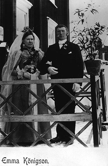 Brudparet bonden Olof Olofsson, född 1868, och hans hustru Anna Mathilda Persdotter, född 1876, Örträsk, farföräldrar till Carl-Gunnar Olofsson. Det hus de ägde är det röda som nu ägs av Göran Andersson. Fotoägare: Bertha Olofsson, Örträsk.