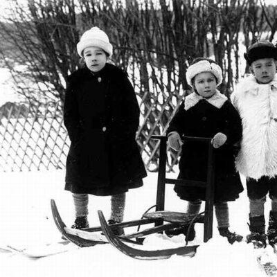 Lisa Lidberg, gift Bergfors, Göteborg, Sven Lidberg, yrkesmilitär, boende i Stockholm, och Greta Lidberg. Barn till Hildur Lidberg, född Jonsson och landsfiskalen S.V. Lidberg. Landsfiskal Lidberg var först gift med Nanny Jonsson, som dog den 18/1 1910, 25 år gammal, och de fick inga barn. Därefter gifte sig Lidberg med Nannys äldre syster Hildur. Nanny och Hildur var döttrar till Vilhelmina, även kallad Mina, född Königsdotter, och Lars Jonsson, Örträsk. Familjen Lidberg bodde i det som senare blev kronojägare Gustav Jonssons hus. Familjen flyttade och hamnade så småningom i Uppsala.