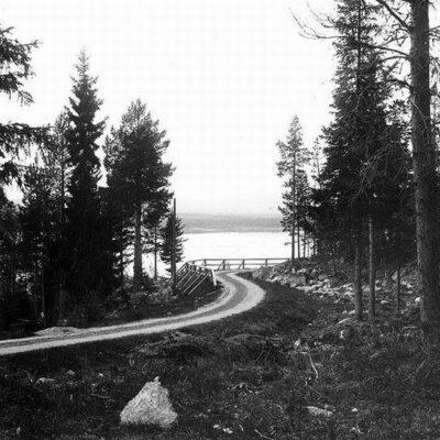 Gamla landsvägen i Örträsk, strax bortom Öhrmans hus, mot Lycksele. Vägen kallades Kärlekskroken.