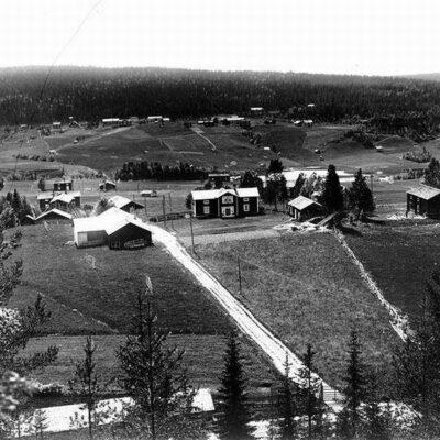 Utsikt från Malberget mot Fårberget. På fotografiet syns Ankarströms gamla gård och gamla vägen till färjstället.