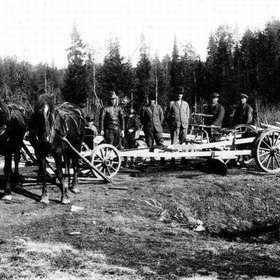 Från vänster: Johan Andersson vid tömmarna, Albert Lundberg, Karl Viklund, Edvin Hjälmbrant och Viktor Öredal. Fotot taget 1930.