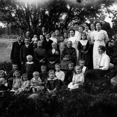 Christina Chatarina Königsdotter, även kallad Stina, från Malmby, Bjurholm, född 1843, död 1916. Dotter till Brita Christina Ersdotter från Malmby, född 1814, död 1903, bodde till sin död hos dottern. Erik Olof Olofsson-Öhrman, född 1836, död 1898, Bonde och skräddare. Fjärdningsman från och med 1860, då han efterträdde Johan Norberg som dog det året. Deras barn med familj: Olof Öhrman, född 1865, död 1956, bonde i Örträsk. Gift med Clara, född 1865, död 1902. Olof och Clara fick två barn: Valborg, född 1895, död 1920, ogift och Alex, född 1899, död 1971, ogift, ingenjör i Göteborg. Frithiof Öhrman, född 1870, död 1939, bonde i Örträsk. Gift med Anna Jonsdotter, född 1872, död 1942. Frithiof och Anna fick totalt 10 barn men bara de åtta äldsta är med på fotografiet: Torsten, född 1899, död 1981, ogift, Stockholm, Annie, född 1901, död 1989, ogift, lärarinna, Sigrid, född 1902, död 1988, Erik, född 1906, död 1988, bonde i Örträsk och gift med Karin Strandberg, Gabriella, född 1910, död 1978, gift med Otto Jakobsson, Västra Örträsk, Märta, senare fosterdotter hos sin farbror Albert Öhrman i Finland och gift med Woldemar Krüger, Samuel, kronojägare, Theodor, född 1912, död 1993, skogstjänsteman, Örträsk och gift med Irma Dahlgren. Andreas, född 1914, kronojägare i Vilhelmina och Uno är de två barnen som inte är med på fotografiet. Fanny Öhrman-Königsson gift med Gerhard Königsson, född 1863, garvare i Örträsk. Fanny och Gerhard fick fem barn: Gunnar, Gustaf, Villiam även kallad Ville, Bertil, född 1909, fjärdingsman i Örträsk och gift med Anny Lundberg, Bengt. Hanna Öhrman-Larsson-Höglund, född 1874, död 1916, gift med Erik August Larsson-Höglund, bonde i Utifällan, Örträsk. Hanna och Erik August fick 12 barn men bara 10 av dem är med på fotografiet: Lars bonde i Utifällan och gift med Alfa Höglund från Malmby, Adele gift med Nestor Näslund i Utifällan, Örträsk, Dagny, född 1901, död 1918, Olga, Emy gift med Lundström från Lycksele, Arne, Signe, Julia, född 1909, gift 
