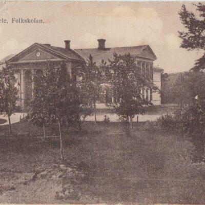 Lycksele. Folkskolan Förlag: Gunnar Grahn - Foto: J. E. Nahlin Ocirkulerat Ägare: Åke Runnman 9x14