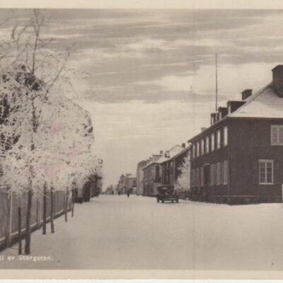 Lycksele. Parti av Storgatan Förlag: Gust. S. Bodéns Bokhandel Lycksele Poststämpel oläslig, plundrat Ägare: Åke Runnman 9x14