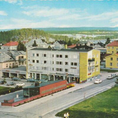 Lycksele. Torget. I bakgrunden Korpberget Förlag: Frösötornet Ocirkulerat Ägare: Åke Runnman 10x15