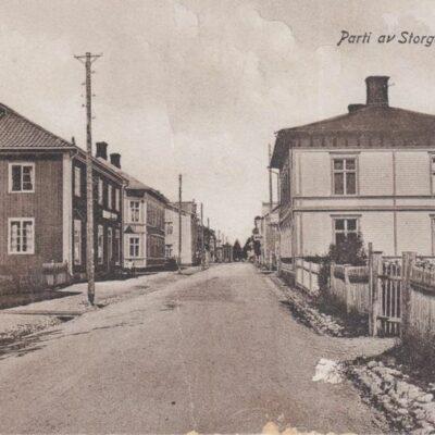 Parti av Storgatan, Lycksele Import Förlag: Gust. S. Bodéns Bokhandel Poststämplat 1930-07-18 Ägare: Åke Runnman 9x14