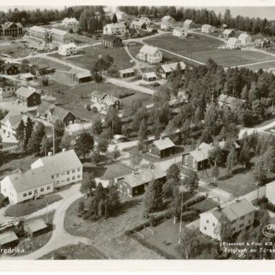 Flygfoto över Fredrika Poststämplat 4/8 1958 och 24/8 1958 Förlag: Kiosken Fredrika, tel. 61 Ägare: Åke Runnman