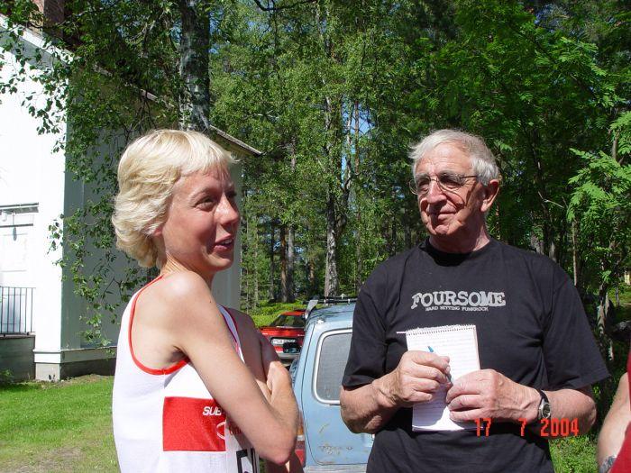 Segraren Anna Rahm, Rånäs 4H, intervjuas av VF:s Martin Axelsson. (Foto: Agneta Höglund)