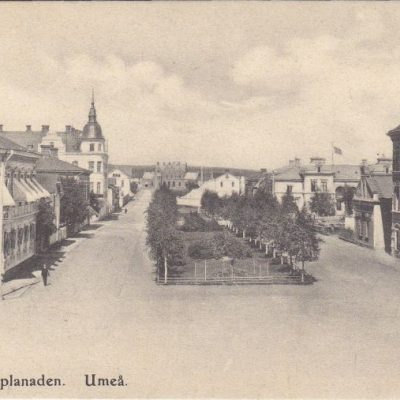 Järnvägsesplanaden. Umeå Förlag: Reinhold Hjortsbergs Pappershandel Skickat den 20/12 1908 Ägare: Ivar Söderlind 9x14