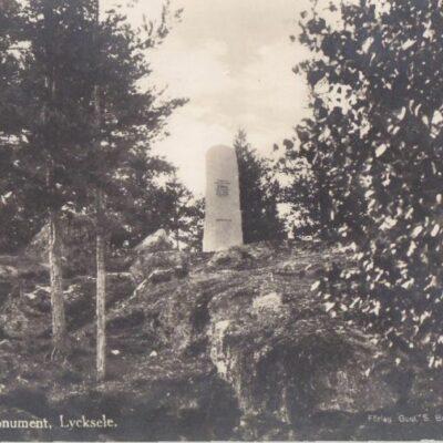 Sven Dufvas monument. Lycksele Förlag: Gust. S. Bodéns Bokhandel, Lycksele Skrivet 10/9 1930 ej stämplat Ägare: Åke Runnman 9x14