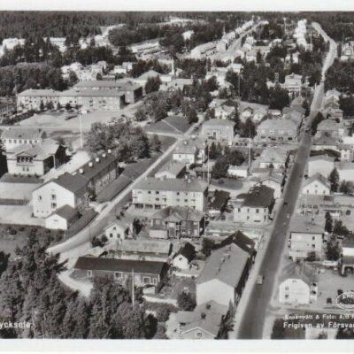 Flygfoto över Lycksele Ensamrätt & Foto: A/B Flygfoto, Dals Långed Poststämplat 11/7 1960 Ägare: Åke Runnman 9x14