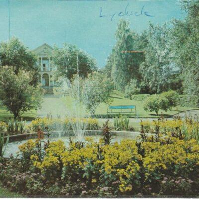 Lycksele. Tingshusparken Förlag: Bodéns Bokhandel i Lycksele AB Poststämplat 26/7 1974 Ägare: Åke Runnman 10x15