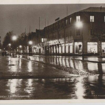 Umeå. Kungsgatan i kvällsbelysning Förlag: Fjellströms Pappershandel Eftr. Sven Sandberg, Umeå Poststämplat 1957-06-12 Ägare: Ivar Söderlind 9x14