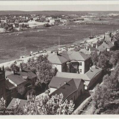 Umeå. Utsikt med älven Förlag: Fjellströms Pappershandel Eftr., A. G. Ilander, Umeå Poststämplat 1943-08-07 Ägare: Ivar Söderlind 9x14