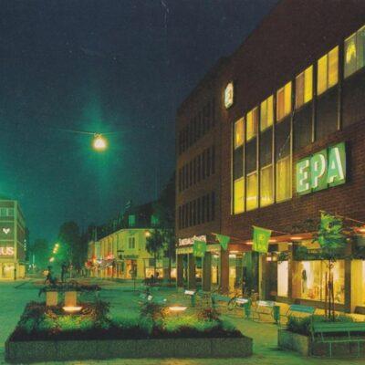 Umeå. Gågatan i nattbelysning Copyright GRAFISK KONST Ocirkulerat Ägare: Ivar Söderlind 10x15