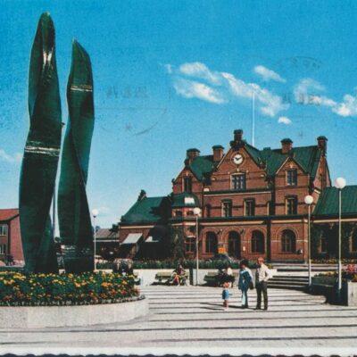 """Järnvägsstationen och glaskonstverket """"Grön Eld"""" av V. Lindstrand Hallens foto Poststämplat 1974-08-29 Ägare: Ivar Söderlind 10x15"""