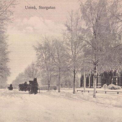 Umeå. Storgatan Förlag: Reinhold Hjortsbergs Pappersh, UmeåPoststämplat 30/1 1915Ägare: Ivar Söderlind9x14