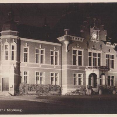 Umeå. Rådhuset i belysning Förlag: Hildur Fjellströms Pappershandel, Umeå Poststämplat 28/2 1941 Ägare: Ivar Söderlind 9x14
