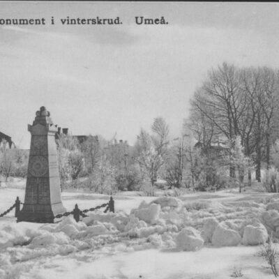 Dunkers monument i vinterskrud. Umeå Reinhold Hjortsbergs Pappershandel, Umeå Skrivet men ej daterat Ägare: Åke Runnman 9x14