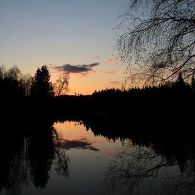 """2014-05-12 En kvällsbild tagen från bron i övre ändan av sjön. """"Lappmössan"""" syns i bakgrunden. Foto: Elsebeth Wälivaara"""