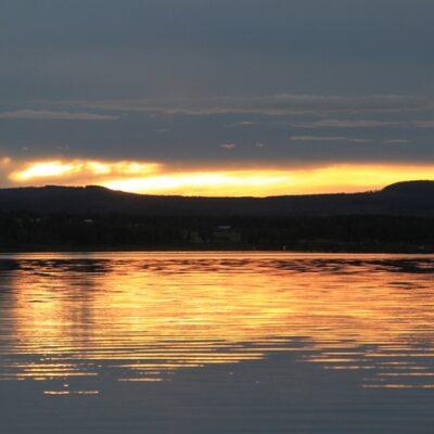 2015-08-13 En vacker kvällsbild över sjön Foto: Elsebeth Wälivaara