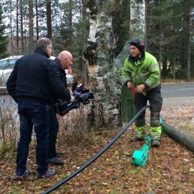 2014-10-20 I dag, 20 oktober, stannade Västerbottens-Nytts reportagebil för att få en vädervinjett inför kvällens lokalsändningar.  Ni som tittade på Västerbottens-Nytts väder fick bla se Jens Lidén från Norsjö skarva en fiberslang Utifällan. Foto: Åke Runnman