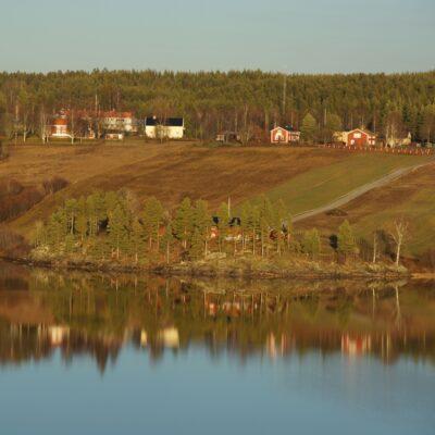 2015-11-15 Eftermiddagssolen lyser över Näsberget och hembygdsgården Foto: Åke Runnman