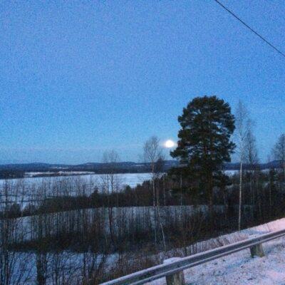2014-12-08 På söndagsmorgonen lyste månen över en istäckt sjö.  Någon minusgrad och väldigt lugnt på byn. Foto: Åke Runnman