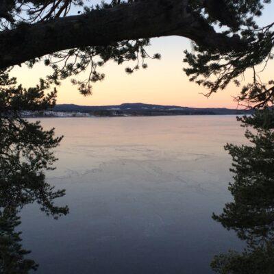 2015-12-13 Under det gångna dygnets kyla har nu isen lagt sig över hela sjön. Nedre delen av sjön isbelades i dag medan den övre delen har fått sin is allt eftersom under de senaste veckorna. Foto: Åke Runnman