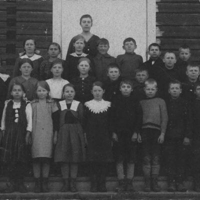 Februari 2017 Denna månad kommer en bild som jag inte vet så mycket om, men på baksidan av kortet står det Sigfrid Andersson, Fårberg, Örträsk. Verkar vara ett klasskort från början på 1900-talet och kanske en småskoleklass eftersom det står en kvinnlig lärare bakom klassen.