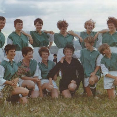 Juni 2016 Ett annorlunda fotbollslag som fotograferats av Tor-Ivar Nyström i samband med paraden vid hembygdsfesten. Vilket år var detta? Vilka är fotbollsspelarna? Varför ett kvinnligt fotbollslag? Är det någon som har något mer att berätta om bilden hör av er till ake@runnman.se eller 070-282 00 02 Valdy Eliasson har tagit hjälp av andra i laget och fått fram namnen och det säger vi tack till: Bilden till höger: Översta raden från vänster: Gun Rehnman, Barbro Öhrman, Kersti Bernow, Åse Hammer, Monika Nygren, Laila Gustafsson Nedre raden från vänster: Valdy Eliasson, Siv Winter, Anita Olofsson, målvakt Gretel Jansson, Margoth Elfving, Karin Lagedahl Observera blombuketten som herrarna gav oss efter damernas stora förlust, kanske 10-1