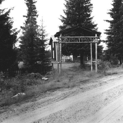 Juli 2017 En bild från Vargträsk som finns hos Västerbottens museum. Fotad av Evert Larsson 1957 och bildtexten säger: Ödegård längst västerut i norra byn. Ägs nu av Mo & Domsjö AB.