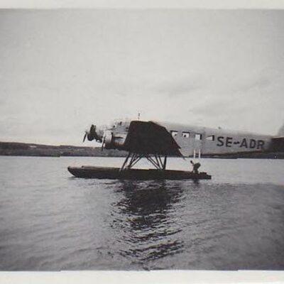 Maj 2014 Inför maj har jag återigen botaniserat bland de bilder jag fått låna av Barbro Horn som tagits av Tore Nyström. Ungefär när landade detta plan på sjön och kan någon berätta mer kring detta så hör av er. Från Thord Allan Eriksson kommer följande mail: Hej. Planet SE-ADR är en Junkers JU 52/3mci,slutversionen med 3 motorer blev klar 1932. SE-ADR monterades i Limhamn hos AB Flygindustri dotterbolag till Junkers i Tyskland. 1947 köpte Albin Ahrenberg planet och det användes för rund-och taxiflygningar fram till 1953, mera exat tidpunkt kan jag inte komma med.  Hoppas någon vet årtalet. Mvh Thord Allan Eriksson sann Luleå Hockey fan!!! Från Sivert Nyström kom också ett mail: SE-ADR ären 3-motorig Junker JU52. Det var nog omkring 1949 som  den kände Albin Ahrenbergs Junkerkom till Örträsk med planet för rundflyg. Pappa och en morbror klev ombord för en rundtur. Jag skulle inte få följa med. Stod kvar på bryggan och väntade tills alla gått ombord. Precis innan dörren stängdes smet jag ombord. Jag blev inte utkastad utan jag fick sitta i pappas knä och fick åka med gratis. Det var en upplevelse minns jag. Mera uppgifter om SE-ADR http://arlandaflygsamlingar.se/?page_id=543 Hälsningar Sivert Edgar Lycksell skickade följande mail: Hej alla Örträskare! Den här maskinen kommer jag mycket väl ihåg. Sivert har rätt i att det var nog 1948 eller 1949. Vi bodde i Skarda och den här söndagen tog pappa cykeln och satte mig (8 år gammal) på pakethållaren (jag minns inte om min bror Bengt var med) och cyklade ned till Örträsk för att få en flygtur.  Jag minns så väl hur otroligt spännande det var att se byn, skolan och sjön ovanifrån och starten med motordånet och vattensprutet från pontonerna, och landningen! Hälsningar från Edgar Lycksell (numera boende utanför Hassela i Hälsingland)