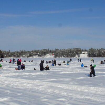 En strålande sol lockade många barn med föräldrar ut på isen