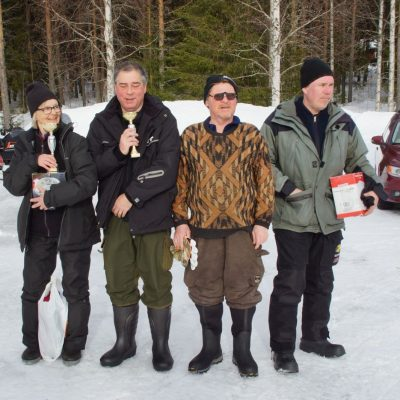 Ulla-Britt Taflin, totaltvåa och bästa dam och Kent Eriksson, totalsegrare, tillsammans med hans lagkamrater i vinnande lag, Tommy Svanefjord och Niklas Bergsten