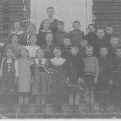Maj 2008 Här kommer ett par gamla skolfoton från Örjan Jacobsson som vill ha hjälp med namnen på barnen. Korten är förmodligen tagna i början på 1900-talet. Han känner själv igen Sigvard Norberg från Västra på ett av korten, men vilka är de övriga personerna