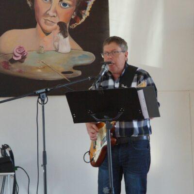 """Det blev rungande applåder efter Östens sång i den egenkomponerade låten """"Volvo 240"""""""