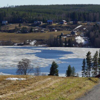 2018-05-07 En rejäl råk har öppnat sig kring Näsberget och inne i sjön är det mycket öppet vatten. Snart är sjön isfri. Både hussvala och ladusvala har siktats i byn så nu är det två svalor och då blir det väl sommar :-)  Foto: Åke Runnman