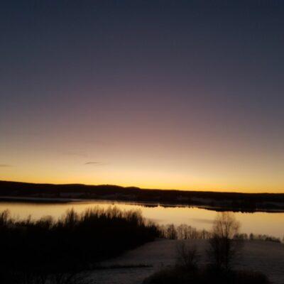 2018-11-24 Ytterligare en vacker bild från Örträsk. Nu kan man dessutom säga att sjön har lagt. Finns bara några öppna ytor vid utlopp i sjön. Foto: Erik Svalberg