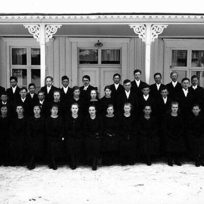 April 2020. Konfirmander år 1922 vid prästgården i Örträsk. Kyrkoherde Alex Lindström, verksam i Örträsk 1917-25. Personerna på fotografiet är: Göta Karlsson, Långsele, Ena Vesterberg, Abborrtjärnliden, Svea Oskarsson, Skarda, tvillingarna Amy och Aline Thorén, Fårberget, Astrid Andersson, Fälla, Örträsk, Anna Larsson, Örträsk, Emy Höglund, Utifällan, Örträsk, Agnes Gidlund, Lillgoberg, Signe Vennberg, Fårberget, Anna Nyman, Astrid Hedkvist, Sandtorp, Adile Söderström, Skurträsk, Jenny Norberg, Västra Örträsk, Ingrid Jakobsson, Västra Örträsk, Judit Nilsson, Västra Örträsk, Edla Johansson, Örträsk, okänd person, Gunnar Bergström, Västra Örträsk, Sven Olofsson, Utifällan, Örträsk, Helge Englund, Vargträsk, Hilmar Nilsson, Långsele, Erik Öhrman, Örträsk, Torsten Johansson, Fälla, Örträsk, John Jonsson, Utifällan, Örträsk, Frid Öhman, Skarda, Signar Samuelsson, Strömsjönäs, Bengt Königsson, Örträsk, Signar Johansson, Strömsjönäs, kyrkoherden Alex Lindström, Örträsk, Viktor Englund, Vargträsk, Jarl Jonsson, Utifällan, Örträsk, Sigfrid Johansson, Skivsjö, Edvin Königsson, Örträsk, Enar Nilsson, Skivsjö, Ola Hellgren, Örträsk och Nils Kihl, Vargträsk. Foto: Klara Persson och bilden finns i Västerbottens museums samlingar