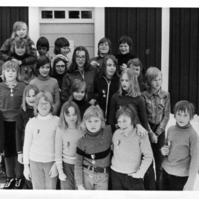 Februari 2011. Som februaribild kommer här en bild från Ragnvald Svensson som tror att bilden är tagen någon gång i början på 70-talet i samband med en skidtävling. Observera medaljerna på bröstet på de tävlande. Vilka är barnen? Vilket år är bilden tagen?  Från Annika Hedman i Umeå kommer information kring vilka personerna är, men det saknas några namn fortfarande.  Första raden från höger: Annika Hedman, Stefan Axelsson, Anders Dahlgren, Mikael Andersson, Anneli Wennberg , Birgitta Gustafsson. Andra raden från höger: Anette Hedman, Eva Melin, Gudrun Näslund, Christina Öredahl, Lars-Anders Gustafsson. Tredje raden från höger: Ingrid Gustafsson, Lena Örestig, Gunilla Edlund, Lennart Olofsson, Marie Sigurdsson, Benny Andersson  Fjärde raden från höger: Håkan Olofsson, Mikael Winter, Lars Gustafsson, Torbjörn Hagersjö, Nils-Göran Nygren, Mikael Ekeholm, Kjell-Arne Eriksson Bilden är troligen tagen av Martin Axelsson Långsele för Västerbottens Folkblad  Från Gunilla Nyman kommer mer uppgifter kring personerna på bilden och jag har lagt in uppgifterna i listan ovan. Så har även denna bild fått namn på alla personer. Stort tack för hjälpen. Den som står som okänd är Lena Örestig, Nils-Göran heter Nygren i efternamn, Lars heter Gustafsson i efternamn. Bilden är nog tagen våren 1974 i samband med skoltävling. Mvh Gunilla Nyman/Edlund på bild
